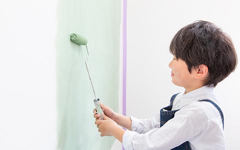 子供がデュブロンを塗装している様子