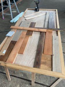 テーブル天板はめ込み作業