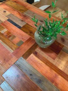 テーブルと観葉植物