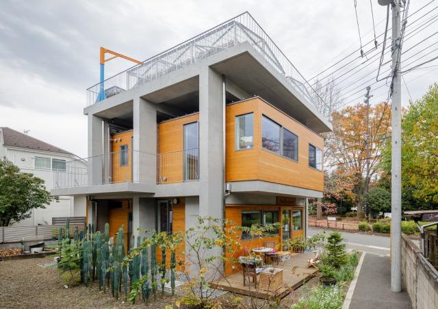 コンクリートの骨組みに吉野杉外壁の家